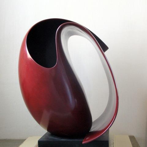 Ⓞ Rouleau rouge, faïence patinée à la gomme laque, 2009,  h: 47 L: 43 l: 38